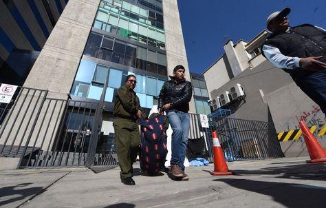 Personal de la Policía traslada el cuerpo del trabajador para realizar la autopisia. Foto: Wara Vargas