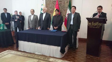 La firma del acuerdo entre el Gobierno de Irán y Bolivia en Santa Cruz. Foto ABE