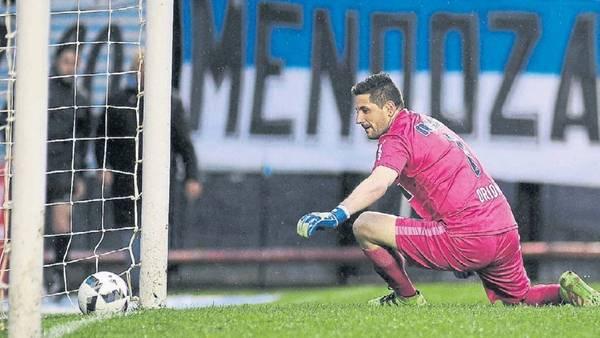 Adentro. Orion contempla cómo la pelota se mete en su arco. El centro atrás de Palacios se le esfumó y fue gol.