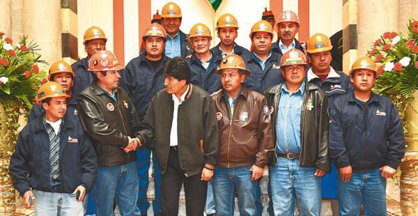 El presidente Evo Morales estuvo acompañado por un sector de los mineros en Palacio Quemado