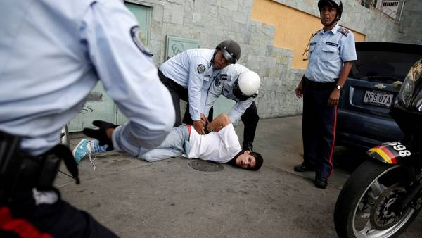 Detenido. Un joven es detenido durante la marcha del jueves, que convocó a un millón de personas. (Reuters)
