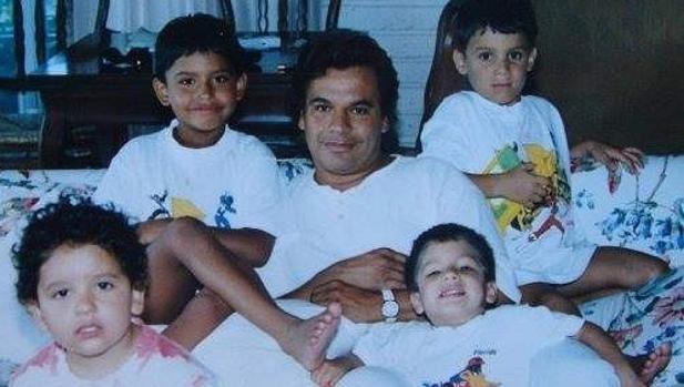 Juan Gabriel con sus cuatro hijos