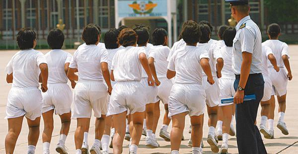 aspirantes     al colmilav este año,              de más de 200 postulantes, unas 40 fueron mujeres Damas cadetes en una rutina        de ejercicios en las instalaciones del Colegio Militar de Aviación