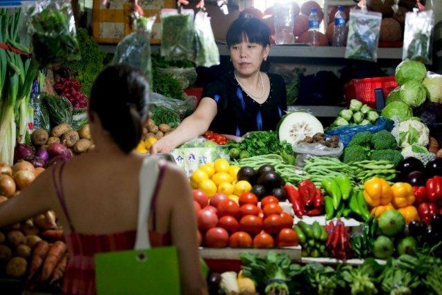 Puesto de fruta y verdura en una tienda en Pekín (China). EFE/Diego Azubel