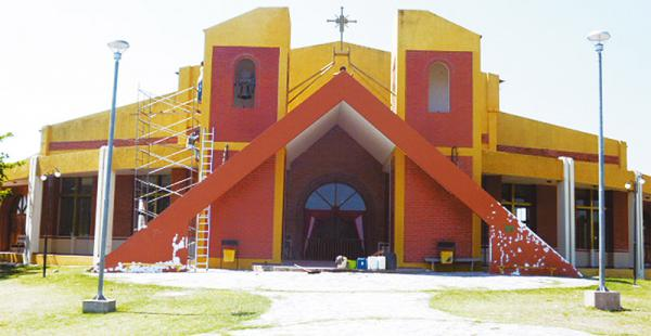 Vista del frontis del templo levantado en lo que fue un basurero