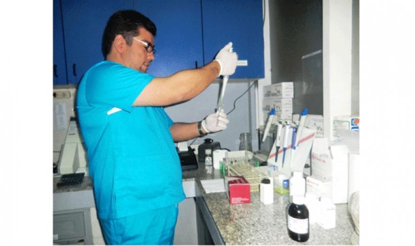 PROCEDIMIENTO. Los médicos encargados que realizan estos análisis cuentan con equipos idóneos.