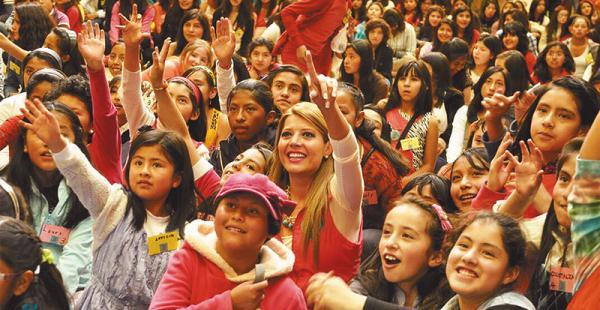 rodeada de niñas las capacitaciones de maricruz son exitosas y convocantes El 21 de septiembre, en la Fexpo, Ribera promete capacitar a unas 1.500 adolescentes cruceñas. Tiene más de 500 voluntarios repartidos en todo el país