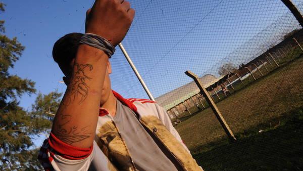 Un menor detenido en un Instituto de Menores de la Provincia, cerca de La Plata. / FOTO MARTIN BONETTO