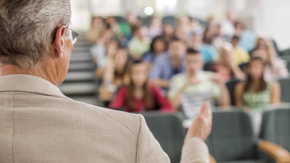 Foto: Los docentes tienen que enseñarles mucho más de lo que creen. (iStock)