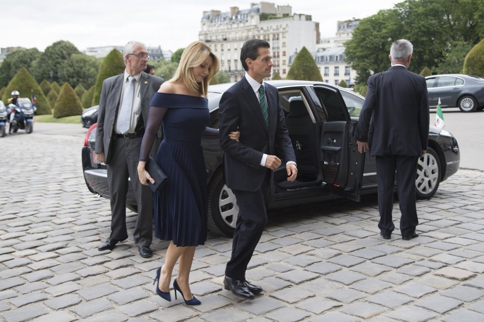 La Primera Dama de México suele llevar diseños de mexicanos en los actos más importantes del país. En 2015, durante una visita oficial a Francia llevó un vestido corto azul marino con transparencias de Benito Santos.