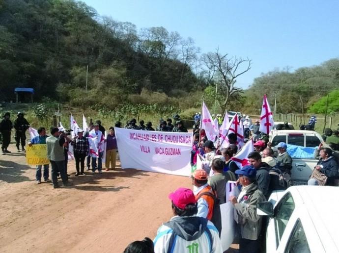 molestia. Impedidos por la Policía, cívicos y autoridades chaqueñas no pudieron ingresar al campo, que Chuquisaca...