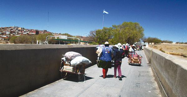 Más de 500 niños bolivianos cruzan diariamente la frontera argentina para estudiar en La Quiaca