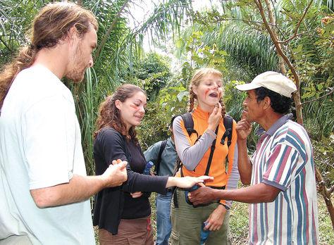 Recorrido. Un guía comunitario explica algunas costumbres a los visitantes en el oriente del país.