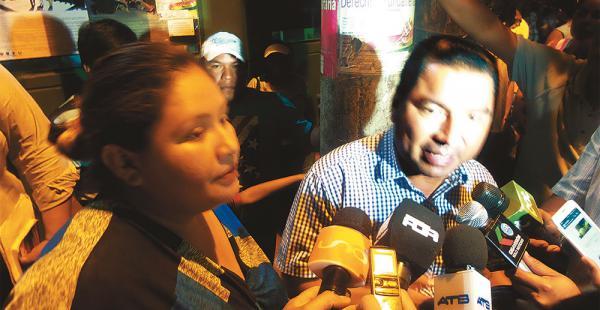 Lucio Vedia, acompañado de su esposa, Karina Sejas, cuando anoche salía de la Felcc de declarar