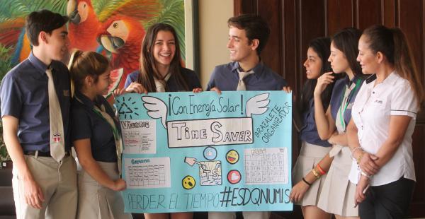 Los estudiantes de La Salle junto con su profesora y coordinadora de secundaria, Lesinka Ibáñez
