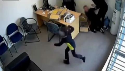 Video: Una niña de 6 años se enfrenta a un atracador armado con un hacha