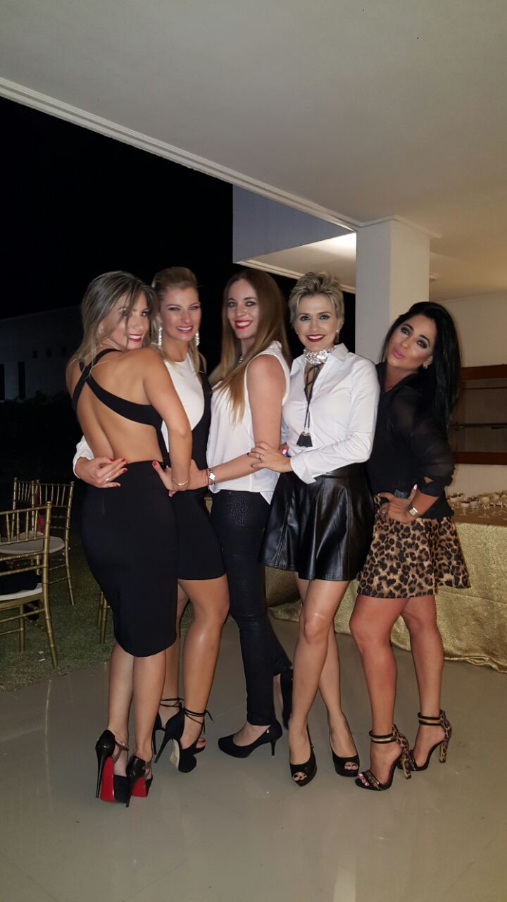 Mejores amigas.- (Der. a Izq.) Andrea Kuljis, Lorena Villalobos, Alejandra Balcázar, Pietrine Wazilewsky y la cumpleañera Carolina Saucedo