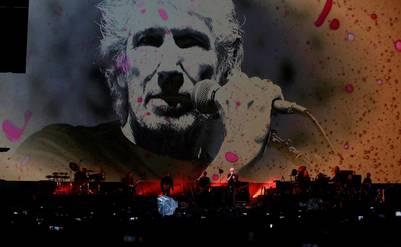 MEX02 .CIUDAD DE MÉXICO (MÉXICO), 01/10/2016.- El artista británico Roger Waters se presenta hoy, sábado 01 de octubre de 2016, durante su concierto en el Zócalo en Ciudad de México (México). EFE/Mario Guzmán