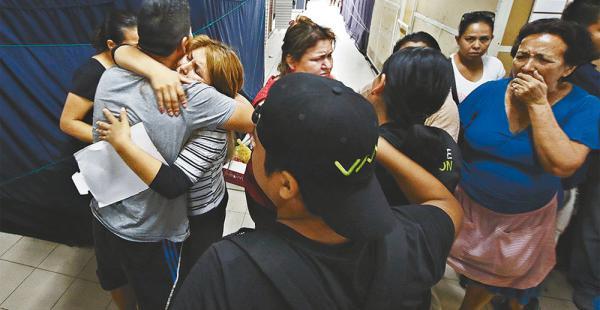Familiares y amigos del librecambista Abel Mamani Calvo lloran al enterarse de su deceso. Piden justicia