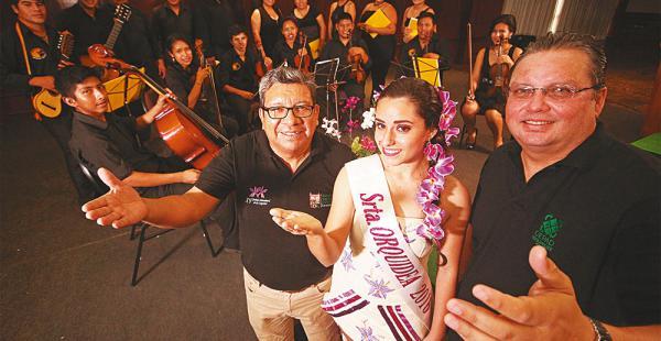 Los organizadores rodean a la reina Priscila Vilar, tras un concierto de la orquesta y coro de Concepción