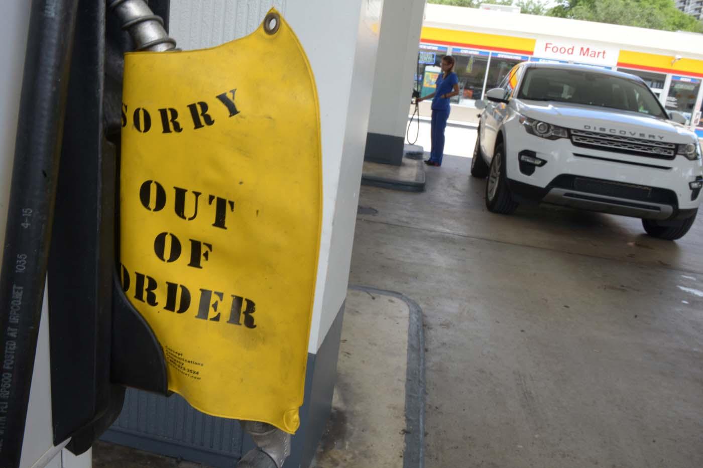 """SHM50 - MIAMI (FL, EEUU), 05/10/2016.- Una gasolinera cuelga un cartel de """"Fuera de servicio"""" debido a la alta demanda ante la llegada del huracán Matthew hoy, miércoles 5 de octubre 2016, en Miami, Florida (Estados Unidos). Los residentes de Florida enfrentan hoy una maratoniana jornada en busca de comida, agua, gasolina, medicinas y barreras de contención para encarar el impacto de Matthew, que se prevé que afectará a partir de mañana al sureste de Estados Unidos como un huracán de categoría mayor. EFE/Giorgio Viera"""