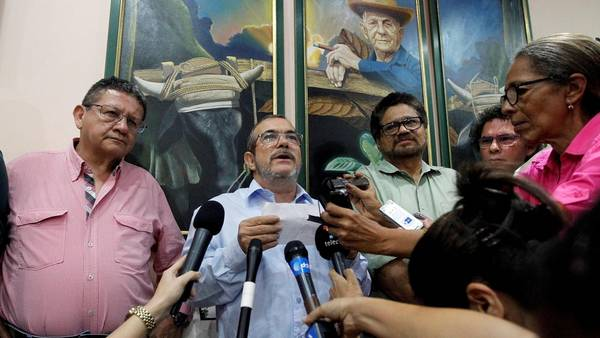 Timochenko (centro) el líder de las FARC, junto a sus comandantes Pablo Catatumbo (izq.) e Ivan Marquez (der.)/ AFP