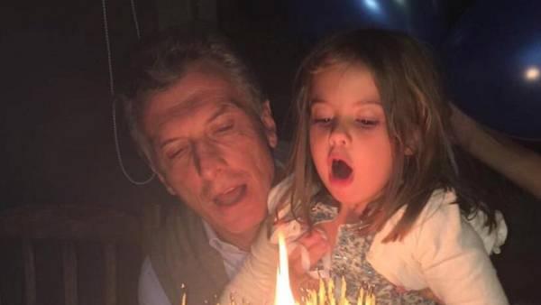 Macri y su hija Antonia en febrero de este año, cuando el Presidente cumplió 57 años. DYN