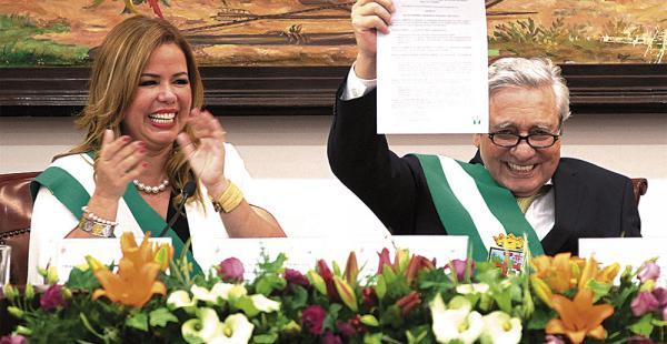 El alcalde Percy Fernández atrajo la atención con su aparición en medio de la sesión del Concejo. Él promulgó la nueva norma
