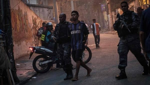La policía durante un operativo en una favela entre Copacabana e Ipanema.  AFP