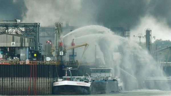 Bomberos intentan apagar en fuego tras una explosión en una planta de BASF en Alemania. / Reuters
