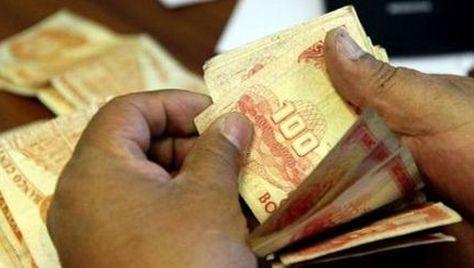 Una persona cuenta dinero. Foto: La Razón - archivo