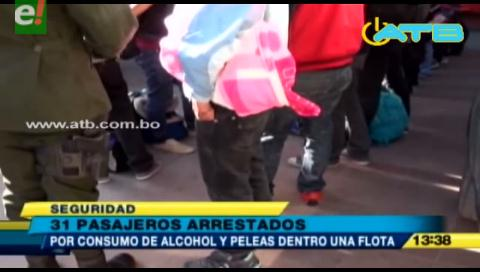 Arrestan a 31 universitarios por consumir bebidas alcohólicas en un bus