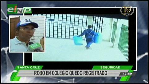 Dos sujetos entran a un colegio y roban dos basureros
