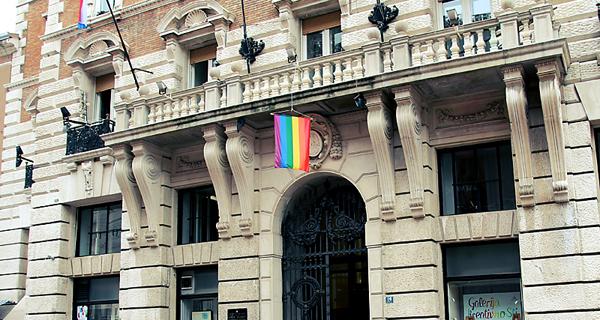 na-zgradi-grada-rijeke-istaknuta-zastava-duginih-boja