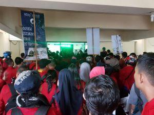 Ratusan Keluarga Mahasiswa Kema Fakultas Hukum Universitas Hasanuddin (Kema FH-UH) melakukan aksi di gedung Dewan Perwakilan Rakyat Daerah (DPRD) Provinsi Sulawesi Selatan, Selasa (21/11). Rst