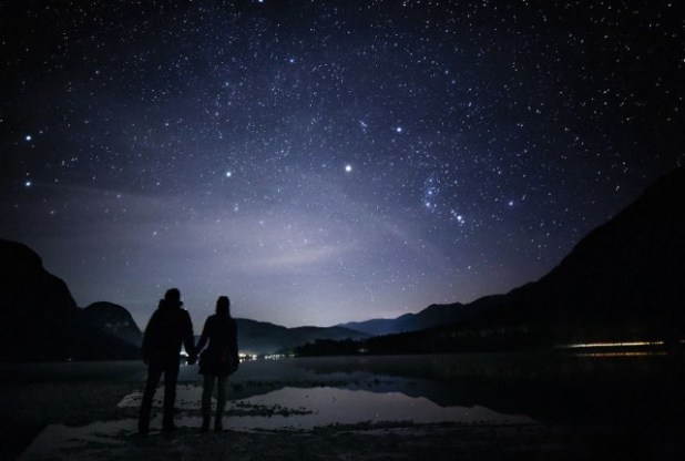 Sumber: Cerpin pemandangan-malam-penuh-bintang-yang-membuatmu-ingin-terus-