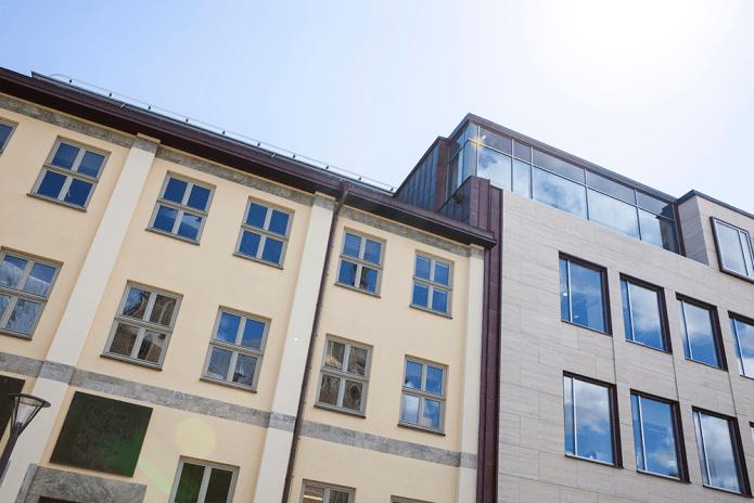 Moderna glasdetaljer vid gammal arkitektur