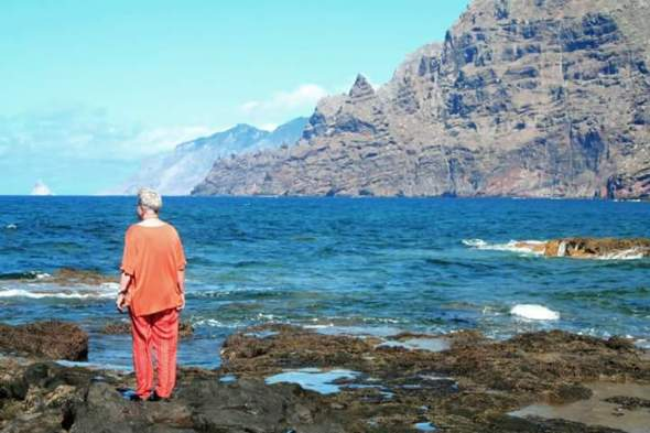 Fotografía de Emma Cohen mirando el mar.