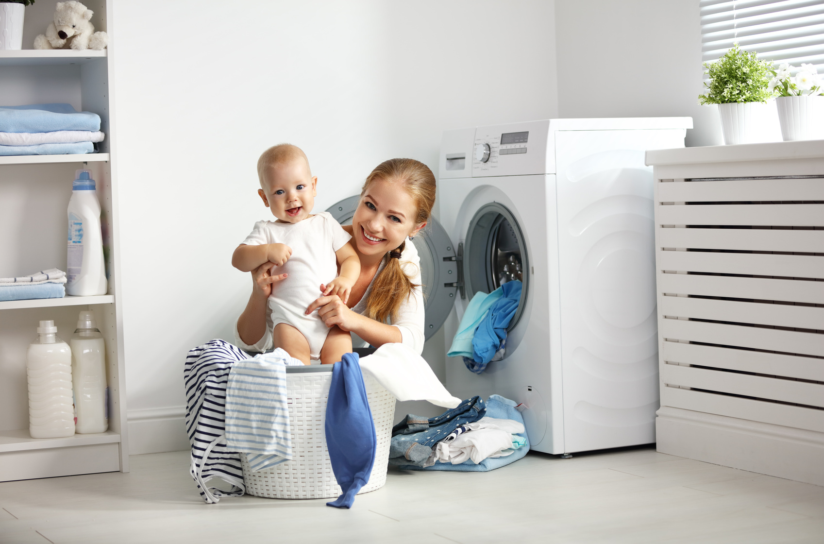 Küche Steckdosen Nachrüsten Mother A Housewife With A Baby Fold Clothes Into The