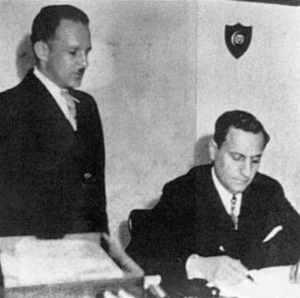 El Presidente Rafael Angel Calderón Guardia durante la firma del Código de Trabajo en 1943. Le acompaña de pie, Luis Demetrio Tinoco