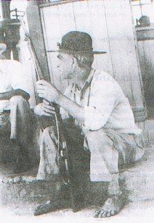 Un campesino vigila el cuartel de Cartago durante el movimiento armado de 1948. No se determina el bando político