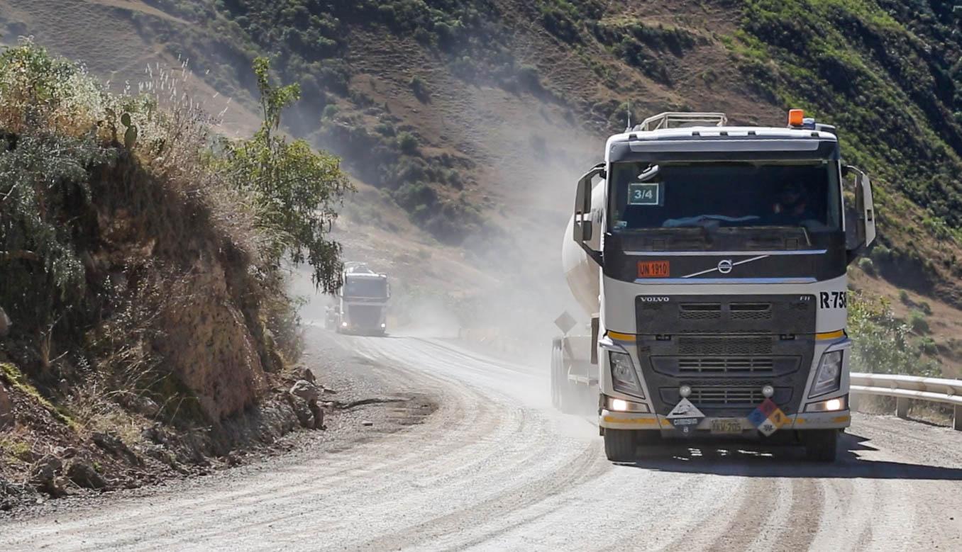 febc07fb 300 camiones diarios transportan el cobre extraído de Las Bambas. La  intensa polvareda y el ruido generan malestar entre la población.