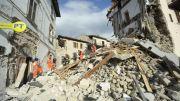 """En Amatrice, un pintoresco pueblo medioeval de unos 3.000 residentes, el alcalde Sergio Perozzi dijo que """"la mitad del pueblo ya no existe."""