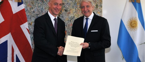 Carlos Foradori y Mark Kent: entrega de la copia de las cartas credenciales