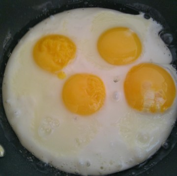 Fried eggs that have not been overcooked