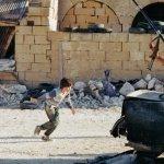 Ψεύτικο τελικά το συγκλονιστικό viral βίντεο με το ηρωικό αγοράκι από τη Συρία