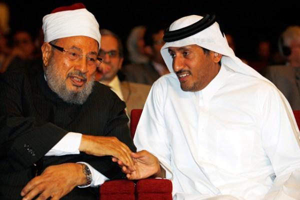 El líder espiritual de los Hermanos Musulmanes, Yusuf Qaradawi, junto al jeque Hamad Ben Thamer Al Thani, presidente del grupo Al Jazeera. Reuters.