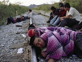 Migrantes centroamericanos esperando a los trenes de mercancías en el municipio de Arriaga/Magnum Photos – Alex Webb