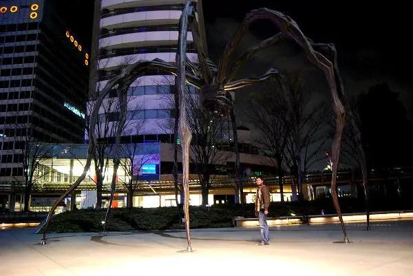 Fotos de Tokio, Pau bajo la Mamán de Louise Bourgeois en Roppongi Hills