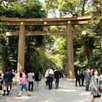 Fotos de Tokio, mucha gente ante el torii del Meiji Jingu